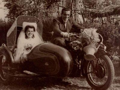 ritratto sposi in seppia su sidecar
